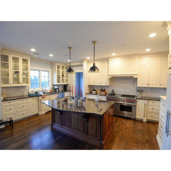 Custom Lace Traditional Pre-Owned Kitchen & Wet Bar