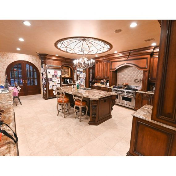 Brunette Colts Neck Traditional Pre-Owned Kitchen & Butlers Pantry