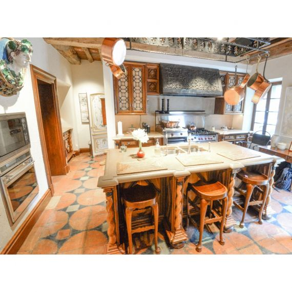 Chateau Oak Traditional Pre-Owned Kitchen & Butler's Pantry