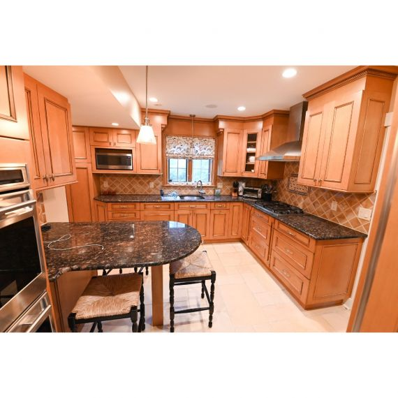 Brookhaven Amber Pristine Traditional Pre-Owned Kitchen